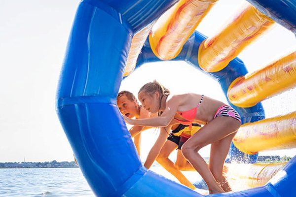 Opblaasbaar Waterpark kopen voor binnen en buiten water van JB Waterplay. Opblaasbare waterspellen voor zwembad en natuurwater van JB Inflatables