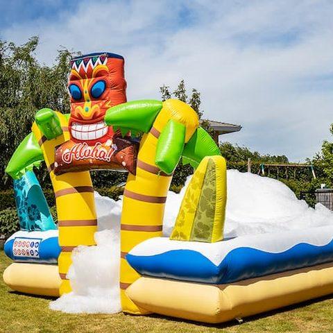 Groot opblaasbaar open bubble boarding park springkussen met schuim bestellen in thema tropical hawaii voor kinderen. Koop opblaasbare springkussens online bij JB Inflatables Nederland