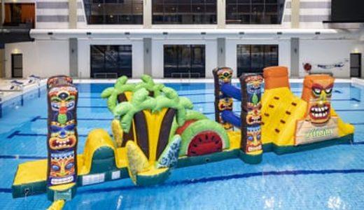 Opblaasbare Zwembadspelen Kopen en Huren. Opblaasbare waterstormbanen voor in het zwembad en voor buiten water van JB Inflatables