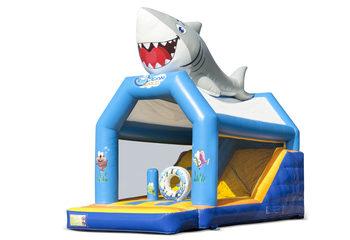 Opblaasbaar overdekt multiplay combo springkussen met glijbaan kopen in thema seaworld zee haai shark voor kinderen. Bestel opblaasbare springkussens online bij JB Inflatables Nederland