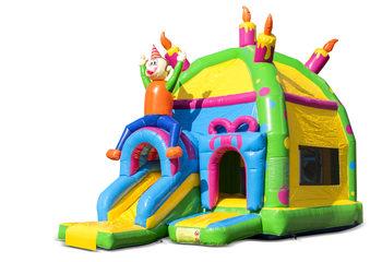 Opblaasbaar overdekt multiplay maxifun super springkussen met glijbaan kopen in thema feest party voor kinderen. Bestel springkussens online bij JB Inflatables Nederland