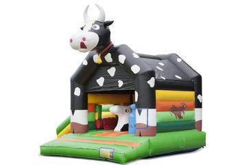 Opblaasbaar overdekt multiplay multifun springkussen met glijbaan kopen in thema koe voor kinderen. Bestel online springkastelen bij JB Inflatables Nederland