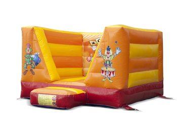 Klein open springkussen te koop in oranje circus thema voor kinderen. Bestel springkussens online bij JB Inflatables Nederland