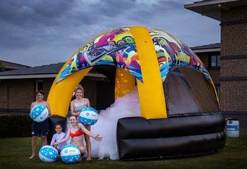 Groot opblaasbaar overdekt bubble springkasteel met schuim kopen in thema disco dome xl voor kinderen
