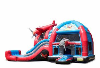 Groot opblaasbaar overdekt multiplay super springkussen met glijbaan kopen in thema vliegtuig voor kinderen. Bestel springkussens online bij JB Inflatables Nederland