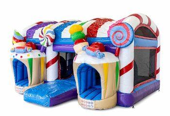 Groot opblaasbaar overdekt multiplay xxl luchtkussen met glijbaan kopen in thema candyland snoep voor kinderen. Bestel luchtkussens online bij JB Inflatables Nederland