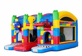 Groot opblaasbaar overdekt multiplay springkasteel met glijbaan kopen in thema superblocks lego voor kinderen. Bestel springkastelen online bij JB Inflatables Nederland