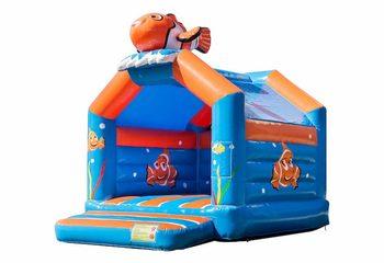 Standaard feest springkussens kopen in opvallende kleuren met bovenop een groot 3D object van een clownvis voor kinderen. Bestel springkussens online bij JB Inflatables Nederland