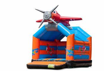 Standaard vliegtuig springkussen bestellen in opvallende kleuren met bovenop een groot 3D object voor kinderen. Koop springkussens online bij JB Inflatables Nederland