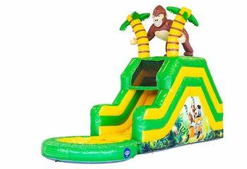 Koop opblaasbaar waterglijbaan springkussen in jungle thema met bovenop 3D object van een gorilla. Bestel springkussens online bij JB Inflatables Nederland