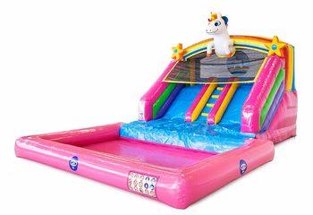 Opblaasbaar splashy slide springkussen met dubbele glijbaan en waterbadje kopen in thema unicorn eenhoorn regenboog voor kinderen bij JB Inflatables Nederland. Bestel springkussens online bij JB Inflatabales Nederland