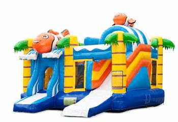 Opblaasbaar overdekt multiplay springkussen met glijbaan kopen in thema clownvis nemo voor kinderen. Bestel opblaasbare springkussens online bij JB Inflatables Nederland