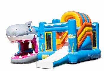 Opblaasbaar open multiplay springkussen met glijbaan kopen in thema haai shark voor kinderen. Bestel opblaasbare springkussens online bij JB Inflatables Nederland