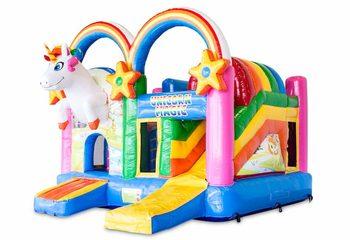 Overdekt opblaasbaar multiplay springkussen met glijbaan kopen in thema regenboog unicorn voor kinderen. Bestel opblaasbare springkussens online bij JB Inflatables Nederland