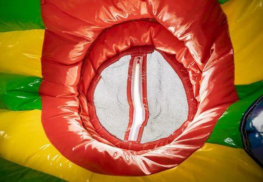 Inflatable kruiptunnel in leeuw thema met obstakals, een klimhelling en glijhelling voor kinderen gebruiken. Koop springkastelen online bij JB Inflatables Nederland