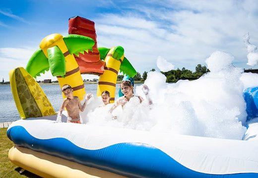 Opblaasbaar groot bubble park in thema Hawaii kopen voor kids. Bestel opblaasbare springkussens bij JB Inflatables Nederland