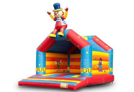 Groot overdekt springkussen kopen in thema zittende clown voor kinderen. Bestel springkussens online bij JB Inflatables Nederland