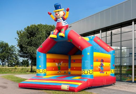 Groot overdekt springkasteel kopen in thema zittende clown voor kinderen. Koop springkussen online bij JB Inflatables Nederland