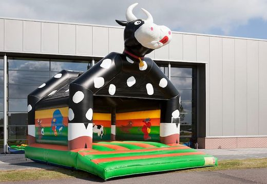 Groot springkasteel overdekt kopen in koetje thema voor kinderen. Koop springkastelen online bij JB Inflatables Nederland