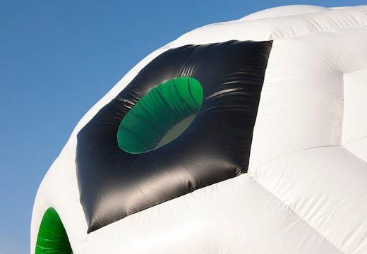 Groot overdekt rond springkussen kopen in thema voetbal in de kleuren groen, zwart en wit voor kinderen. Koop springkussens online bij JB Inflatables Nederland