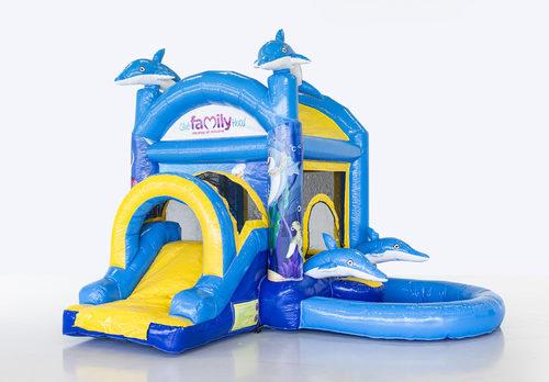 Gepersonaliseerde club familie hotel thema splashy springkussen in blauw en geel voor evenementen te koop. Koop nu op maat gemaakt opblaasbare springkussens met badje en glijbaan online bij JB Inflatables Nederland