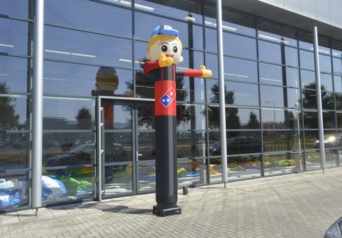 Opblaasbare Domino's Pizza waving skyman skytubes op maat gemaakt bij JB Promotions Nederland; specialist in opblaasbare reclame artikelen zoals inflatable tubes