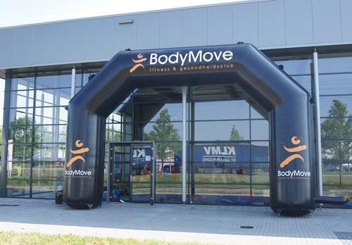 Bestel maatwerk bodymove finishbogen voor evenementen bij JB Promotions Nederland. Vraag nu gratis ontwerp aan voor op maat gemaakte opblaasbare reclameboog