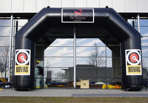 Koop gepersonaliseerde opblaasbare bovag start & finishboog voor promoties bij JB Inflatables Nederland online.  Bestel nu op maat gemaakte opblaasbare reclamebogen
