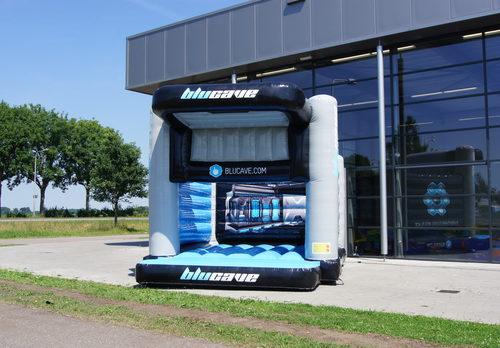 Maatwerk Blucave mini open springkussen geschikt voor verschillende doeleinden. Bestel nu online op maat gemaakte luchtkussens bij JB Promotions Nederland