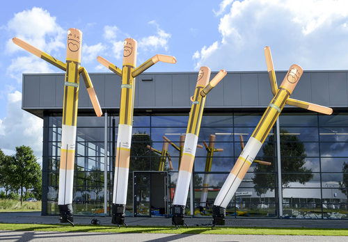 Maatwerk Vitesse Skydancer in een Vitesse voetbaltenue zijn perfect voor sport evenementen. Bestel op maat gemaakte airdancers bij JB Promotions Nederland