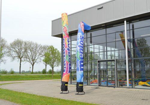 Maatwerk Mentos skytubes zijn perfect voor beurzen en andere evenementen. Bestel op maat gemaakte airdancers bij JB Promotions Nederland