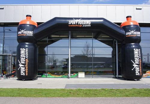 Koop 12x6 gepersonaliseerde sportvoeding reclame boog bij JB Inflatables Nederland online.  Reclamebogen in alle soorten en maten razendsnel op maat gemaakt