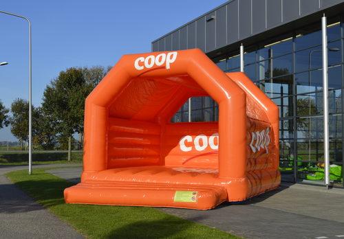 Gepersonaliseerde Coop super springkussen voor diverse evenementen te koop. Koop nu op maat gemaakte opblaasbare springkussens online bij JB Inflatables Nederland