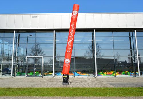 Opblaasbare CliniClowns Skytube inclusief logo en beeldmerk op maat gemaakt bij JB Promotions Nederland; specialist in opblaasbare reclame artikelen zoals inflatable tubes